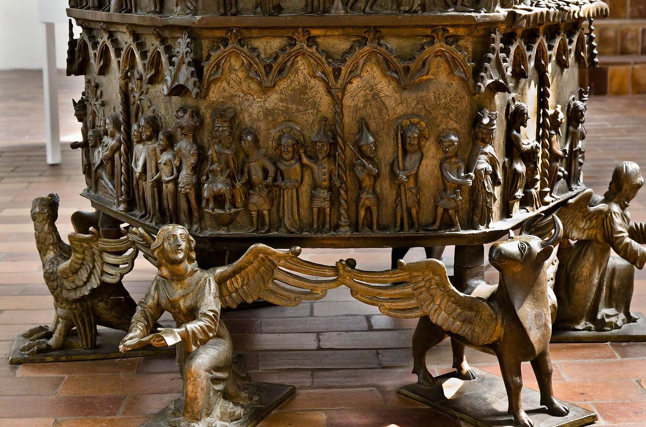 Frankfurt/Oder, St. Gertraud. Bronzetaufe, Kessel, Füße (aus St. Marien)