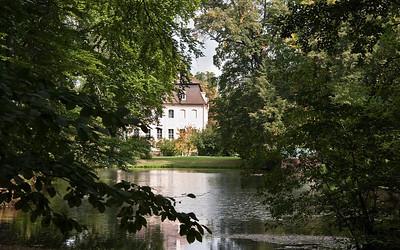 Branitz, Blick über Schwarzen See auf Südseite des Schlosses