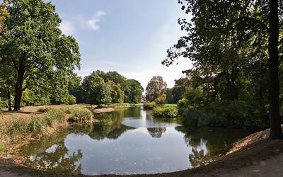 Branitz, Mittelpark, Blick über Schilfsee auf Schloss