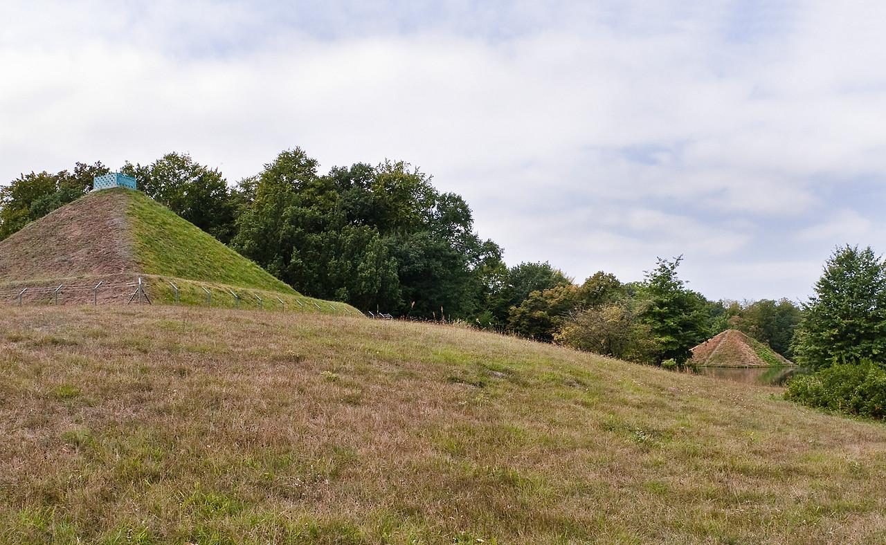 Branitz, Westpark, Blick von Landpyramide auf Seepyramide