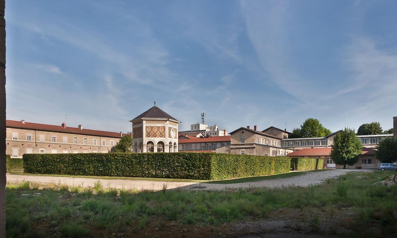 Dijon, Kartause. Blick auf Gelände der ehem. Kartause von Südosten mit Mosesbrunnen