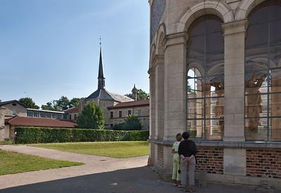 Dijon, Kartause. Blick vom Mosesbrunnen zur Kirche