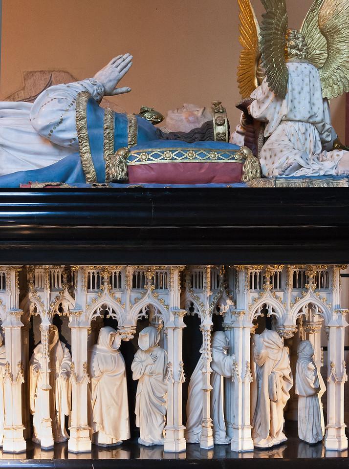 Dijon, Herzogspalast. Sluter, Grabmal Philipp: Pleurants und Philipp (Philipp und Engel Neuschöpfung 19.Jh.)