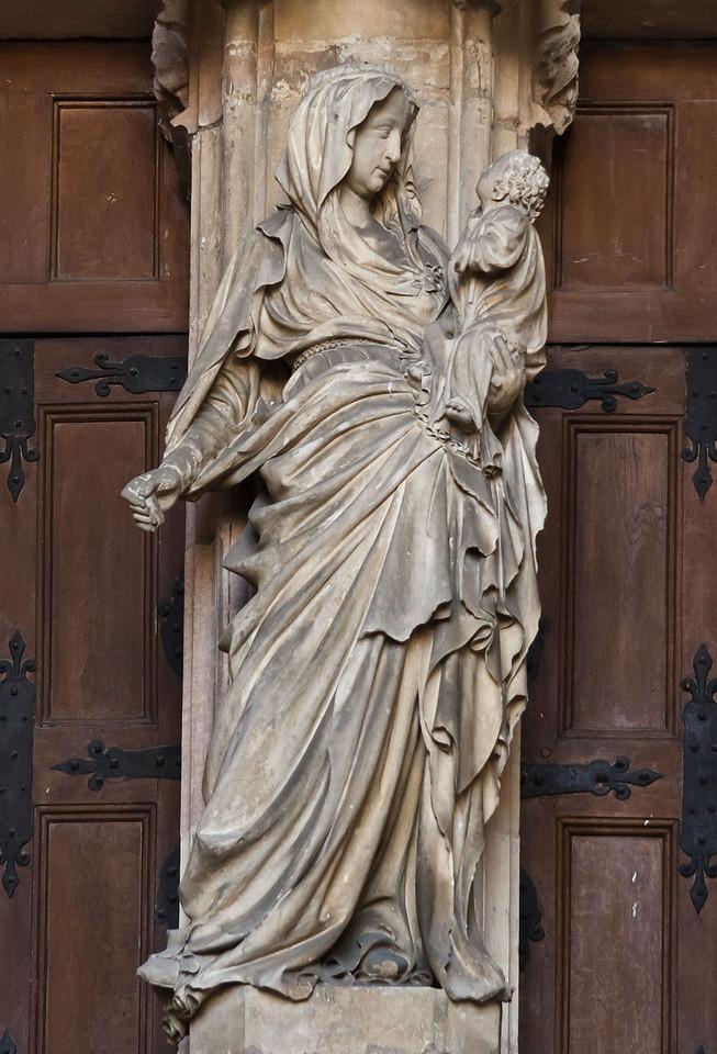 Dijon, Kartause. Sluter-Portal: Maria mit Kind