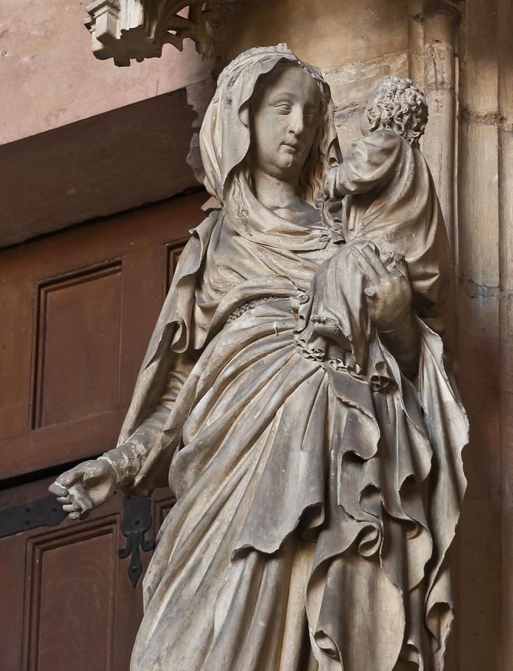 Dijon, Kartause. Sluter-Portal: Maria mit Kind, Detail