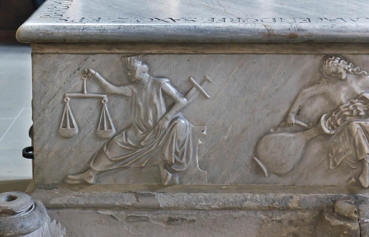Bamberg. Dom: Westchor, Tumba Clemens II. Nordseite: Justitia und Temperantia