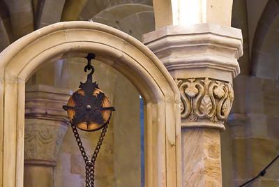 Bamberg. Dom: Ostkrypta, Brunnendetail und Kapitell