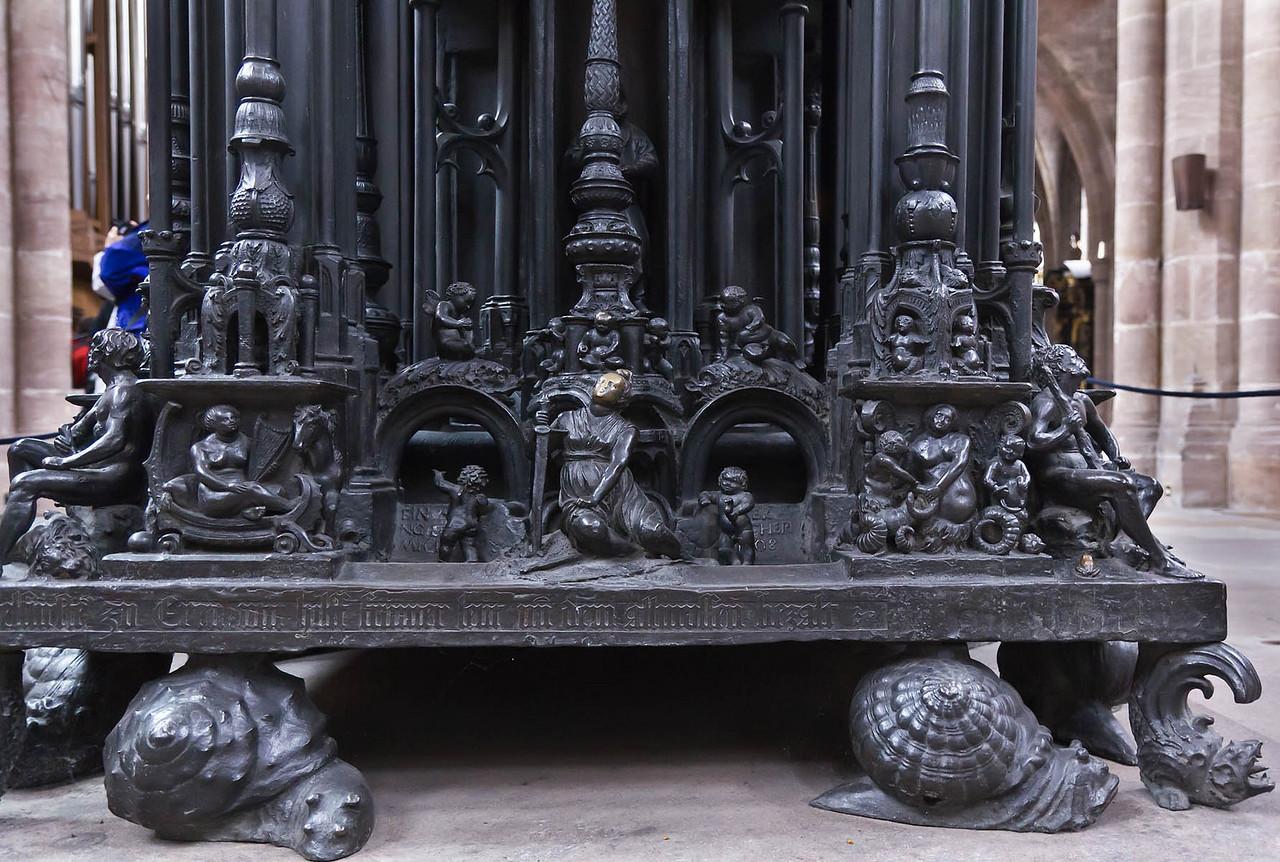 Nürnberg. St. Sebald: Sebaldusgrab, Detail Tumba-Ostseite