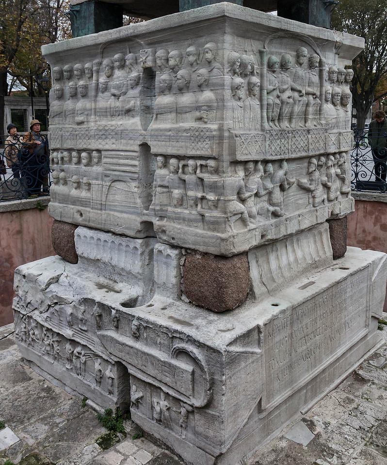 Istanbul, Obelisk im Hippodrom: Nordansicht - links unten Errichtung des Obelisken und rechts unten Huldigung der Barbaren