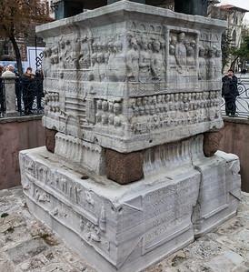 Istanbul, Obelisk im Hippodrom: Südansicht - Wagenrennen im unteren Block links