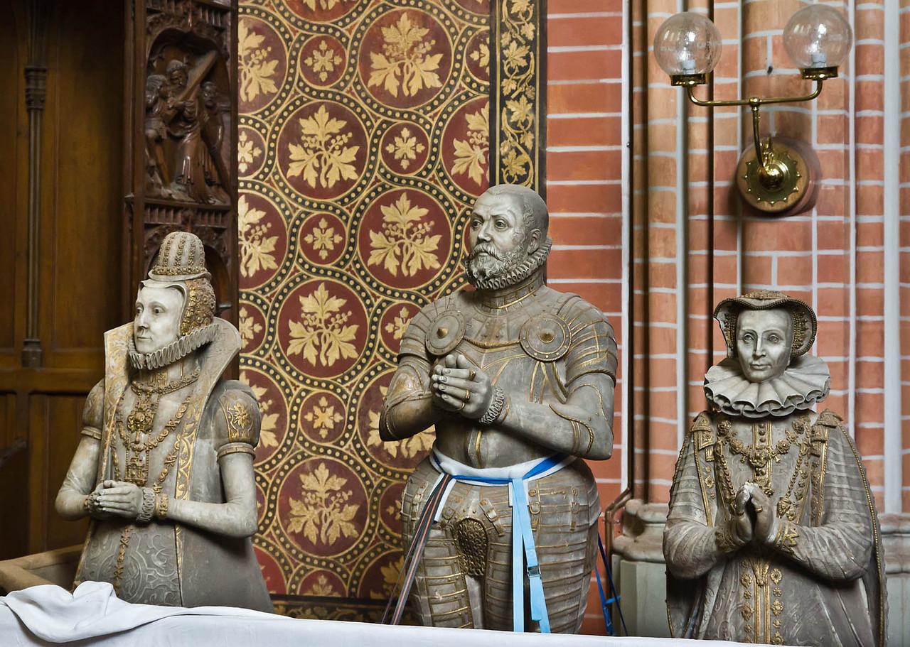 Güstrow, Dom. Chor, Figuren des Ulrichmonuments: Elisabeth von Dänemark, Herzog Ulrich (1587), Anna von Pommern (1599)