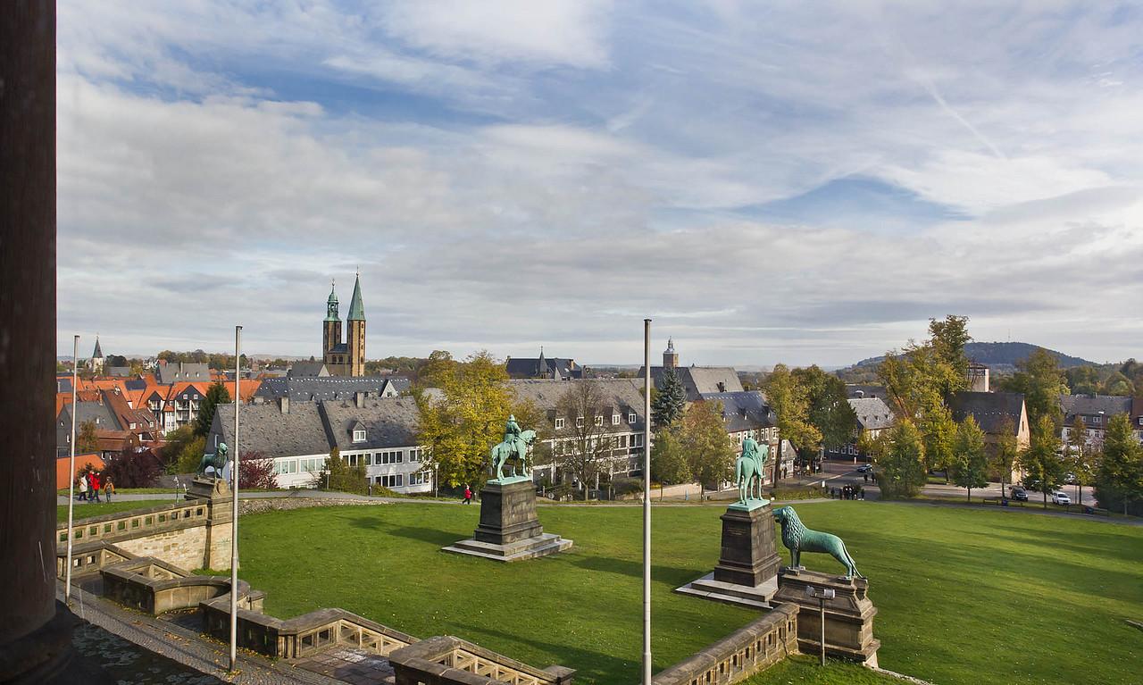 Goslar. Blick von Kaiserpfalz auf Stadt und Harz