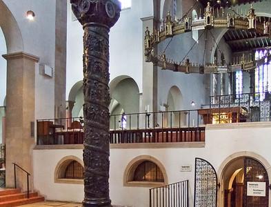 Hildesheim, Dom, Bernwardsäule (1020) im Südquerhaus, Heziloleuchter (um 1060) über Krypta