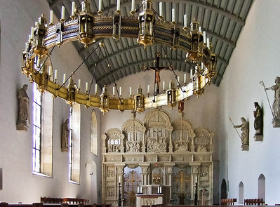 Hildesheim, Dom. Antoniuskirche am Kreuzgang: Thietmarleuchter (tlw rom.)  und ehem. Domlettner (Joh. Brabender, 1546)