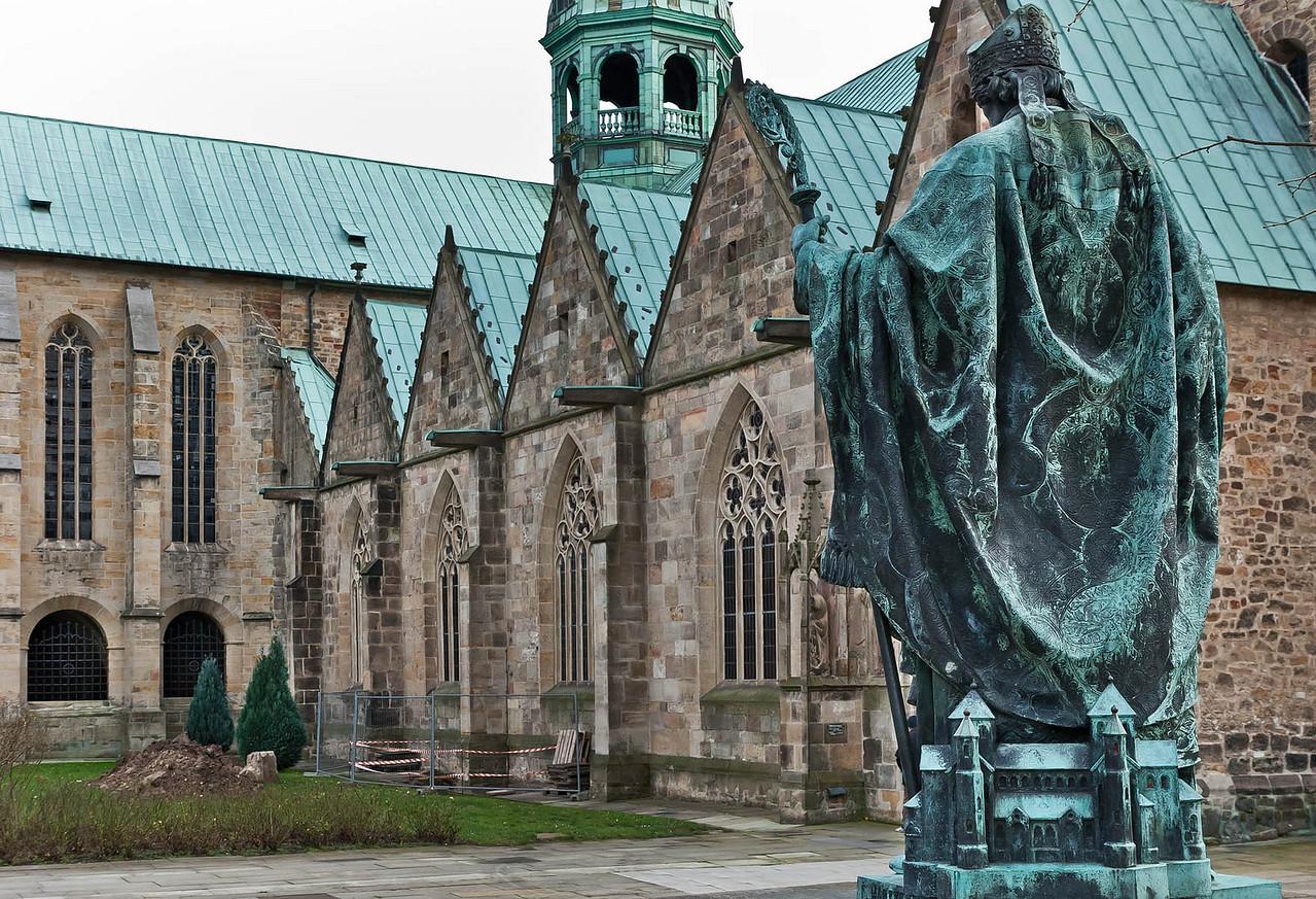 Hildesheim, Domvorplatz: Bernwardsdenkmal (F. Hartzer, 1893) und nördl. Seitenschiff
