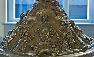 Taufbecken aus Hildesheimer Dom: Werke der Barmherzigkeit