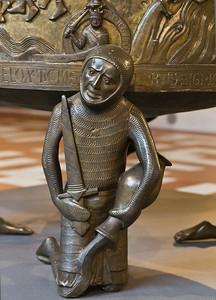 Taufbecken aus Hildesheimer Dom: Paradiesfluss Tigris, Tugend Tapferkeit