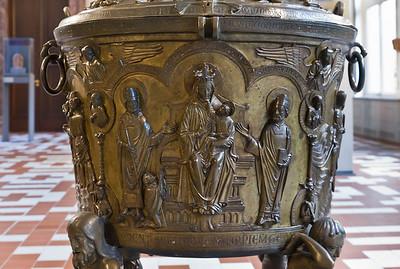 Taufbecken aus Hildesheimer Dom: Maria mit Kind und Stifter