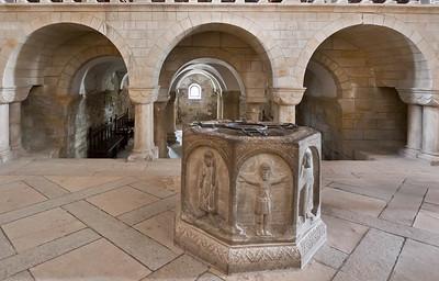 Gernrode, St. Cyriakus: Taufstein aus Alsleben vor Westkrypta (um 1150)