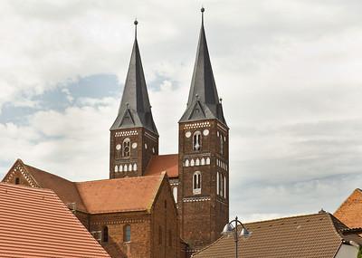 Jerichow, Stiftskirche: Blick von Nordwest auf Seitenschiff und Westbau