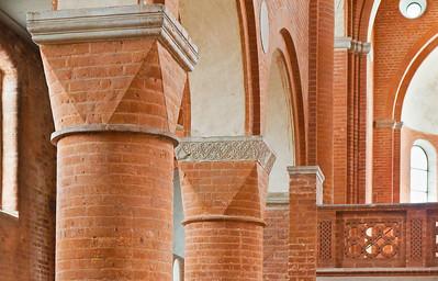 Jerichow, Stiftskirche: nördl. Rundpfeiler mit Trapezkapitellen im Langhaus