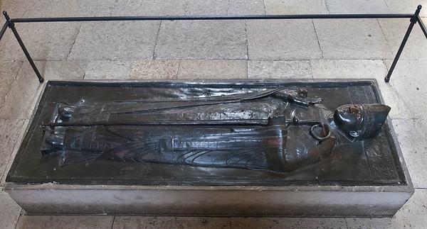 Magdeburg, Dom. Grabplatte für Erzbischof Friedrich von Wettin (gest.1152)