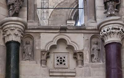 Magdeburg, Dom. Kapitelle unter Johannes und Mauritius, Figuren je einer klugen und törichten Jungfrau
