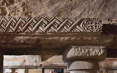 Quedlinburg: St. Wiperti, Krypta, Architrav mit Stucküberzug