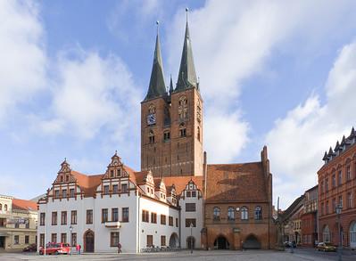 Stendal, Markt mit Rathaus und Marienkirche
