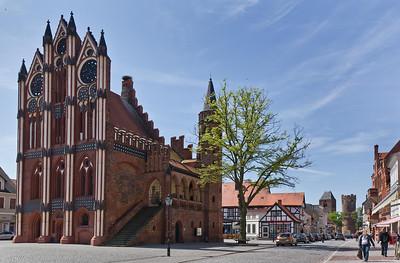 Tangermünde, Altes Rathaus, Markt und Neustädter Tor von Nordost aus der Langen Strasse