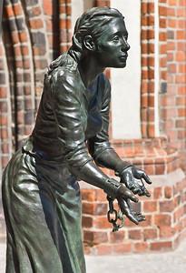 Tangermünde, Bronzeskulptur der Grete Minde vor Rathaus (Lutz Gaede, 2009)