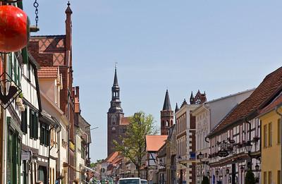 Tangermünde, Blick vom Neustädter Tor längs der Langen Strasse über Rathausspitzen auf Stephanskirche
