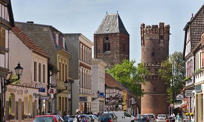 Tangermünde, Lange Straße mit Neustädter Tor von Nordosten