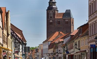 Tangermünde, Blick durch Lange Straße auf Stephanskirche