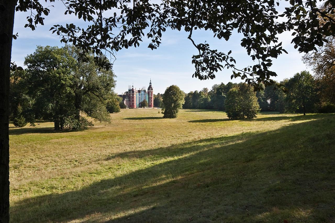 Muskau,Unterpark, Blick von Gloriette über Tränenwiese auf neues Schloss