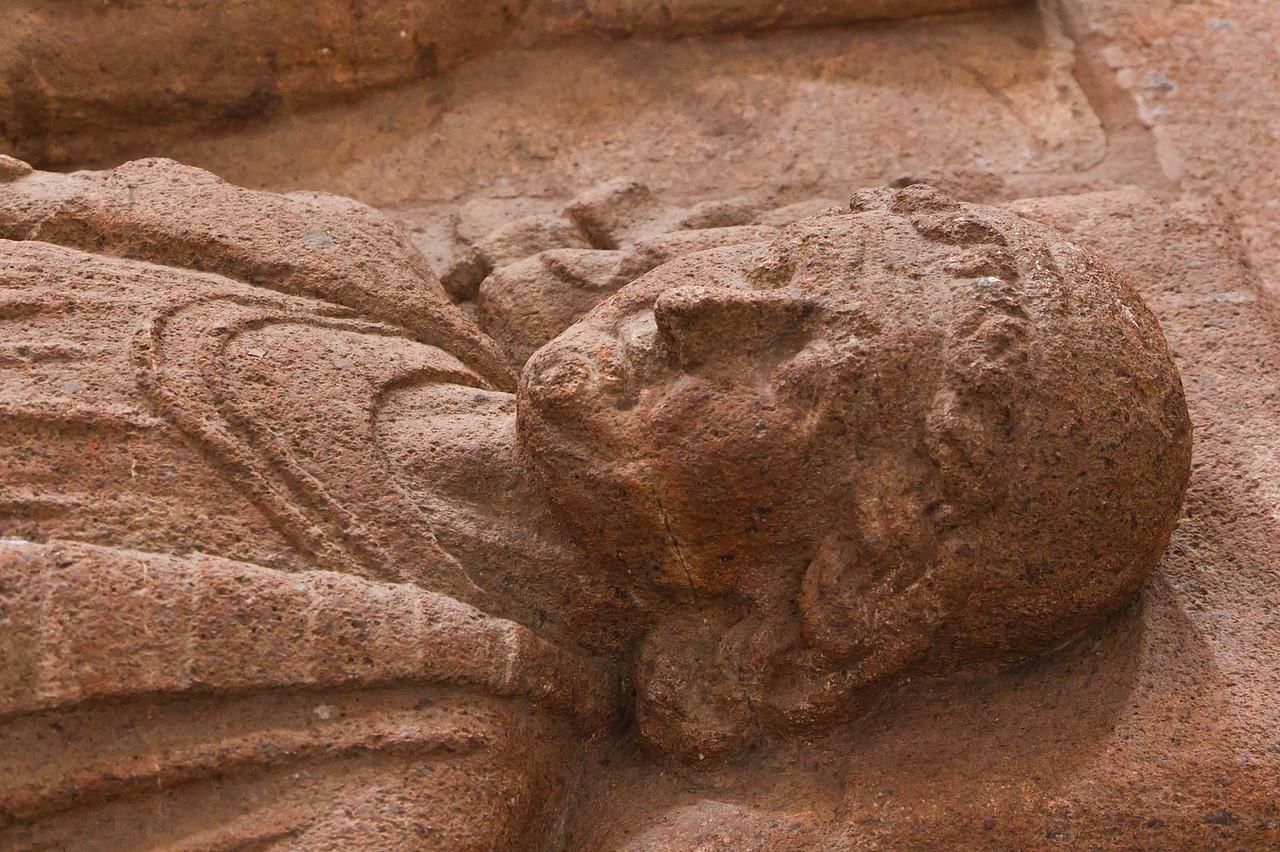 Wechselburg, ehem. Augustinerchorherrenstift. Stiftergrabmal Dedo von Groitzsch, Detail (1.Dr. 13. Jhdt)