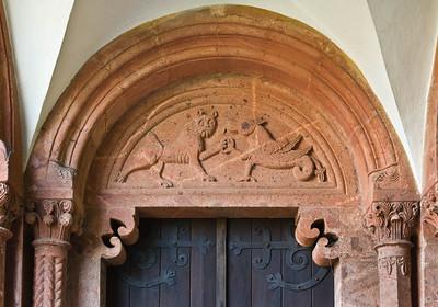Wechselburg, ehem. Augustinerchorherrenstift. Doppelportal: Kampf des Basilisken mit Löwen (Ende 12. Jhdt.)