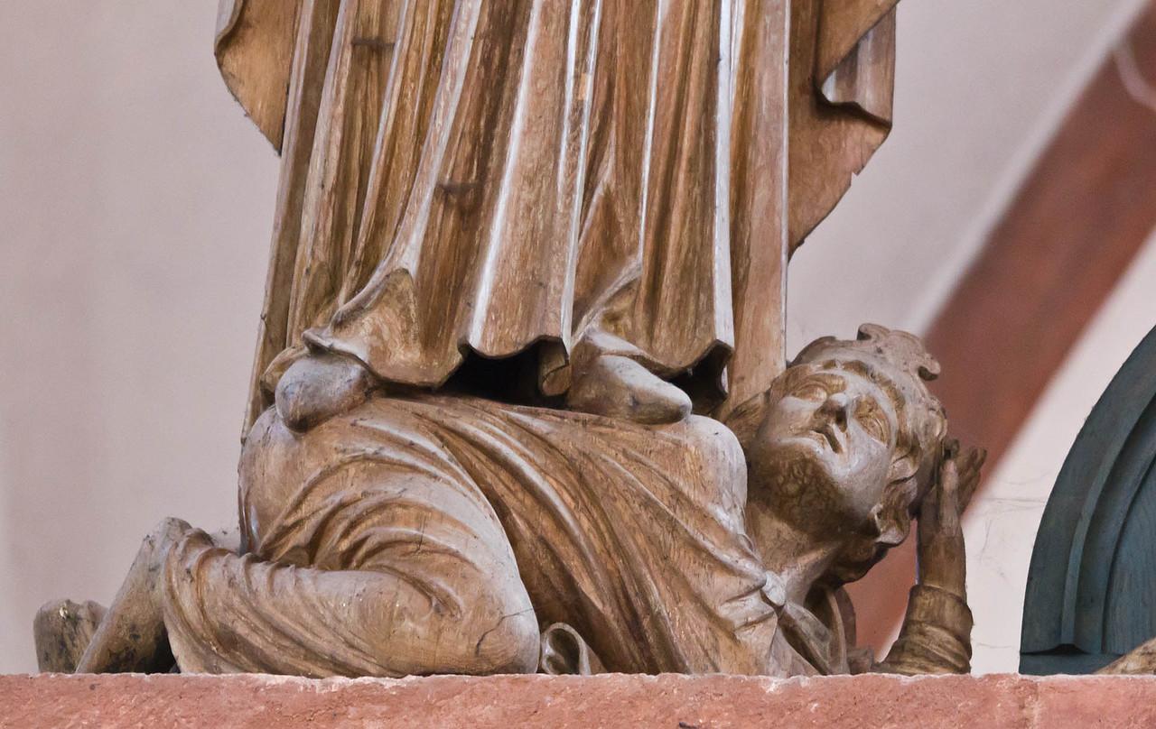 Wechselburg, ehem. Augustinerchorherrenstift. Kreuzigungsgruppe, besiegter König unter Maria