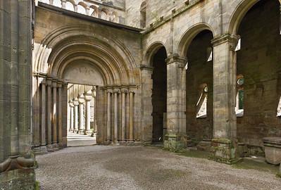 Paulinzella: Blick aus Vorkirche im Osten auf Säulenportal