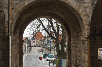 Weissensee, Runneburg. Blick durch Burgtor auf Stadt