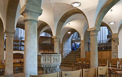 Herford, Münsterkirche, Taufkapelle unter Empore der Stiftsdamen, Taufstein um 1490