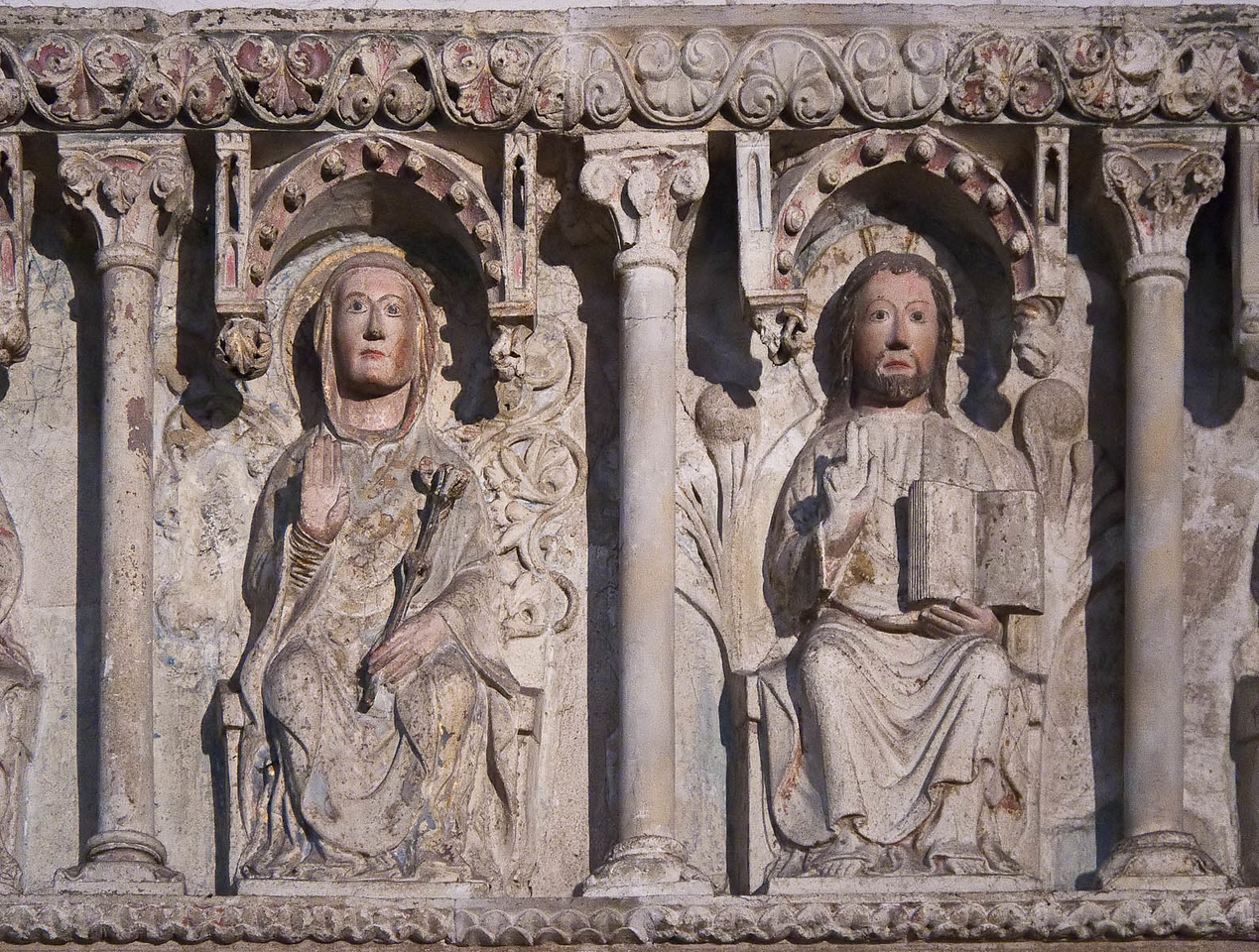 Minden, Dom, Apostelfries vom ehemaligen Lettner, 2. H. 13. Jh., Christus und Maria