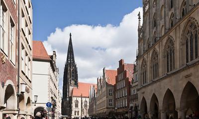 Münster, Prinzipalmarkt mit Lambertikirche von Süden