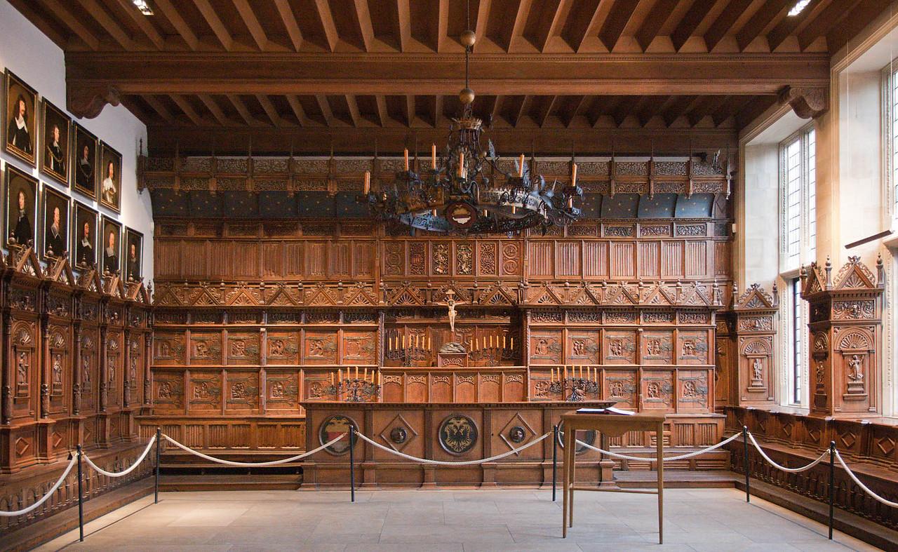 Münster, Rathaus, Friedenssaal, Nordwand mit Richtertisch, Bürgermeisterbank und Schrankwand