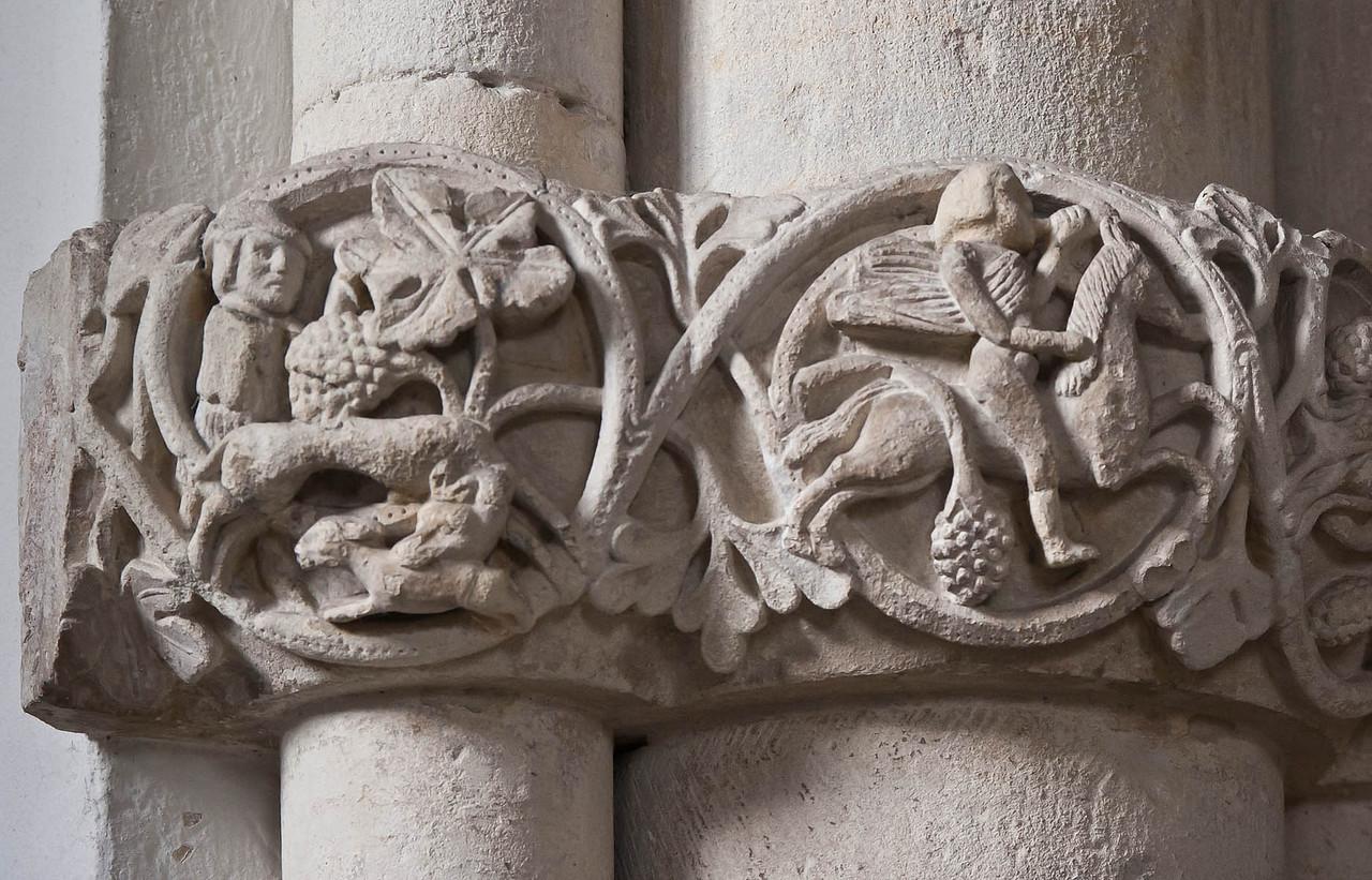 Münster, Dom, Paradiesvorhalle, Rankenfries unter Skulpturen