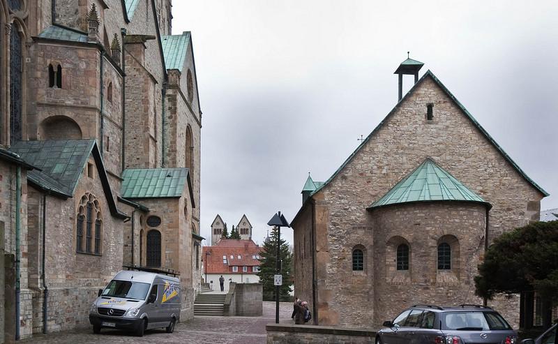 Paderborn, Nordseite Dom, Bartholomäuskapelle von Osten und Türme der Abdinghofkirche