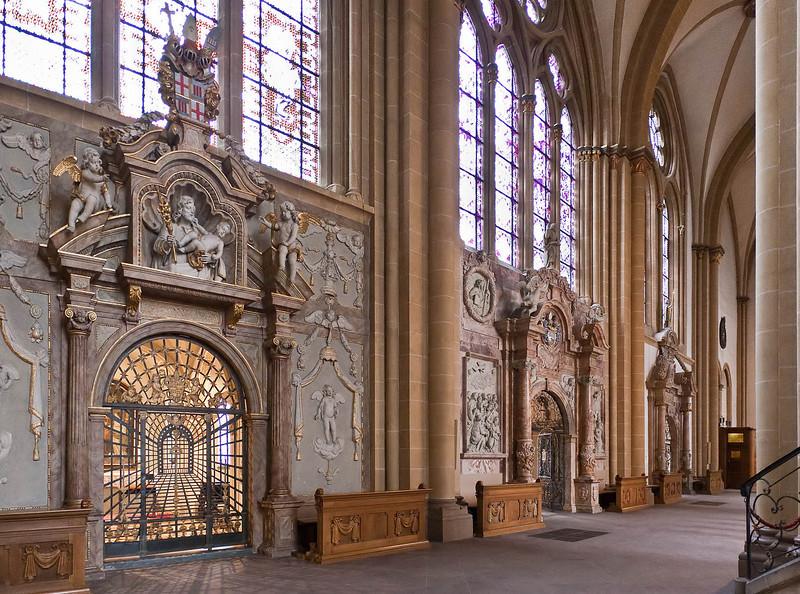 Paderborn, Dom, barocke Prunkportale der Seitenschiffskapellen