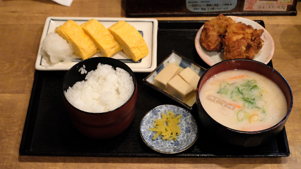 The kasujiru set at Futsu no Shokudo Iwama with omelette and fried chicken.