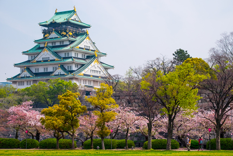 Osaka Castle with cherry blossoms. Editorial credit: Shuttertong / Shutterstock.com