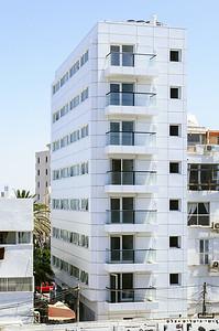 צילום אדריכלות: חיפויי אלומיניום וטרקוטה של קבוצת ענק. בניין מגורים, תל-אביב